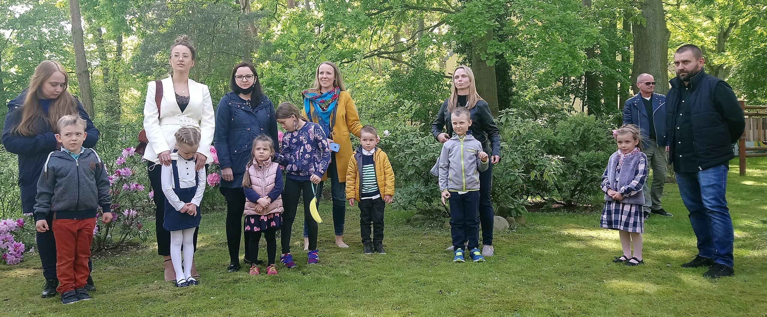 zdjęcia dzieci i rodzice w ogrodzie