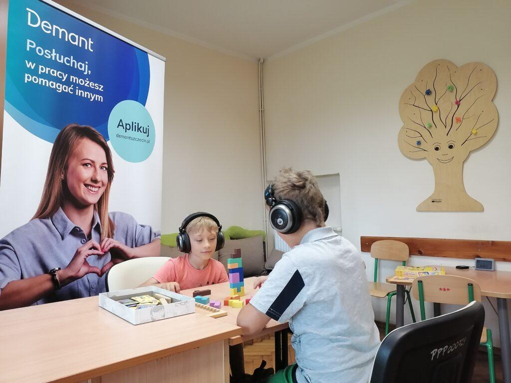 dzieci wsłuchawkach